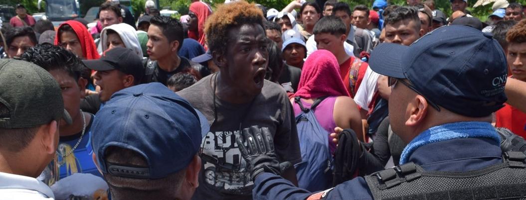 Migrantes africanos intentan escapar de albergue en Tapachula