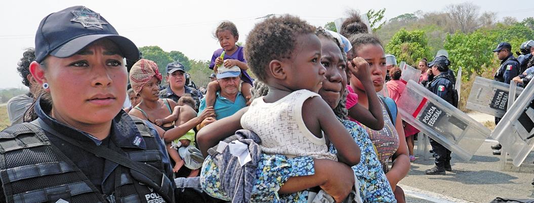 Migrantes africanos intentan huir de albergue insalubre en Tapachula