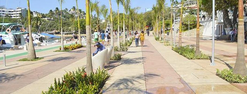 Turistas y agentes riñen en el Paseo del Pescador en Acapulco
