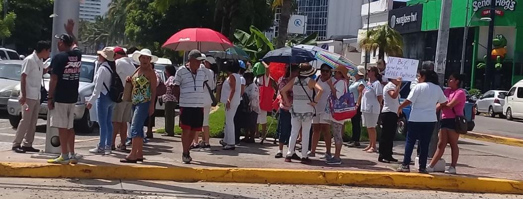 Grupúsculo se manifiesta contra AMLO en la Costera de Acapulco