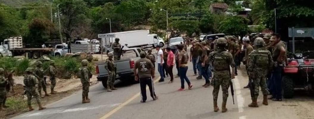 UPOEG retiene a marinos por detención de compañero en Tecpan, Guerrero