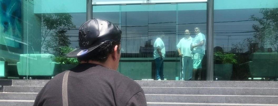Matan a policía de Guadalajara hincado en la puerta de su casa