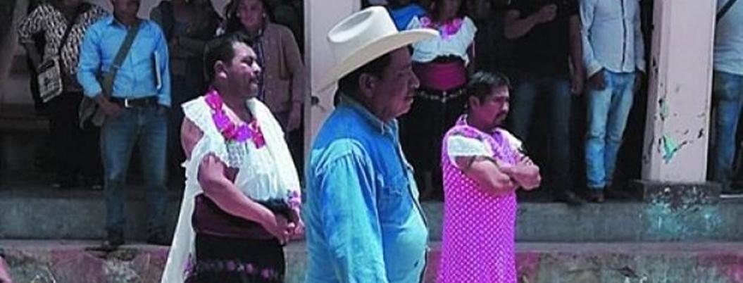 Pobladores visten de mujer al alcalde de Huixtán, Chiapas por corrupto