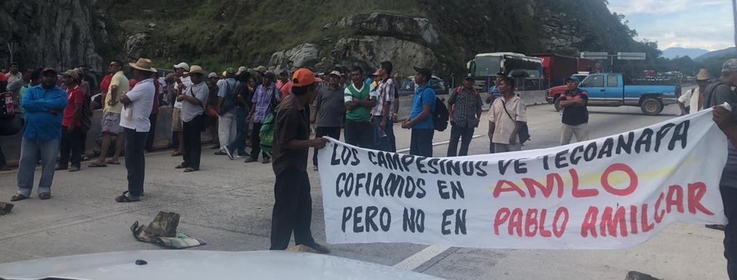 """Astudillo impone 'orden y paz"""" reprimiendo a campesinos en autopista"""
