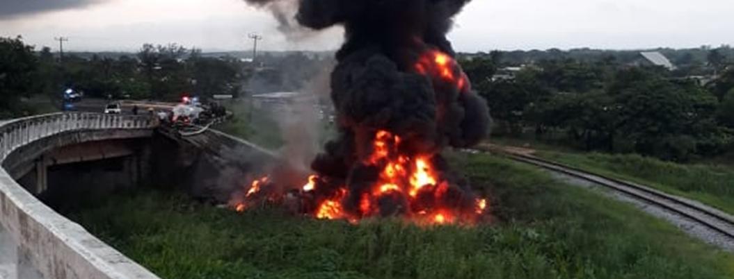 Explota pipa al caerse de un puente en Coatzacoalcos, Veracruz