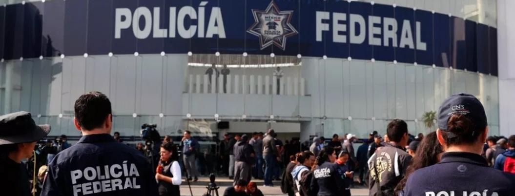 Permanece protesta en Centro de Mando de la Policía Federal