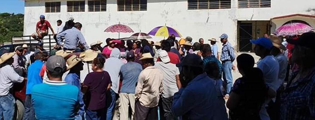 Campesinos retienen a funcionarios por fertilizante en Cuetzala