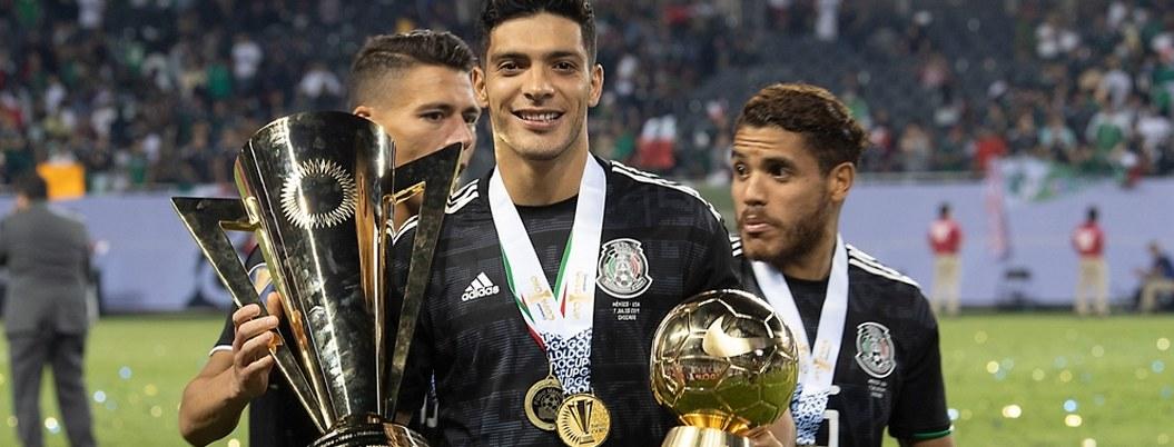"""Raúl Jiménez recibe el """"Balón de Oro"""" de la Copa Oro 2019"""