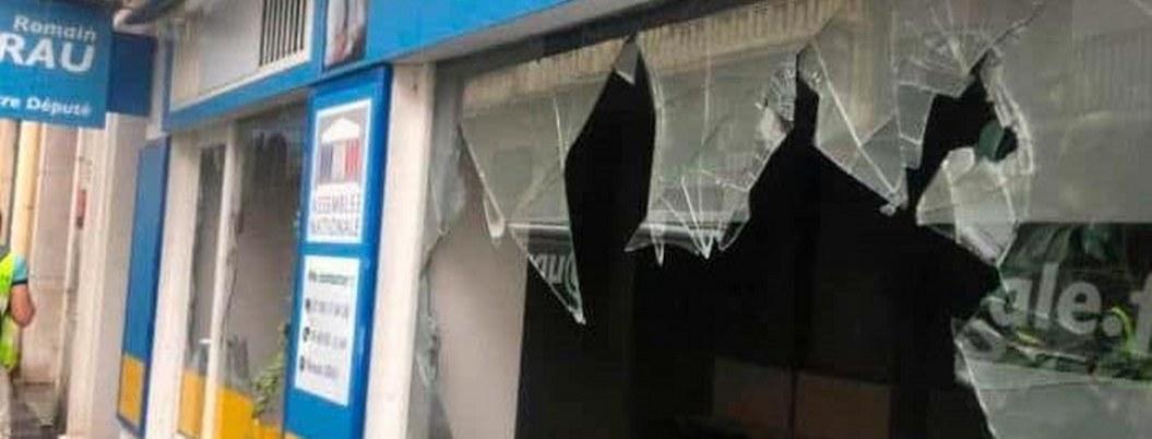 """""""Chalecos amarillos"""" vandalizan local de diputado en el sur de Francia"""