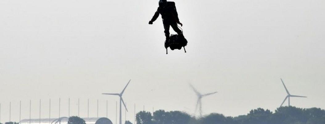 Inventor francés intenta cruzar canal de la Mancha con su tabla voladora