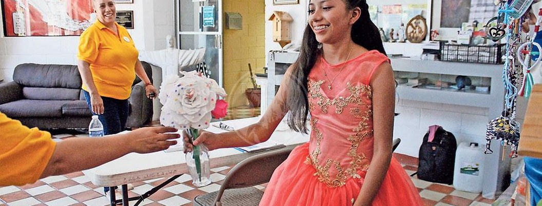 Sorprenden a quinceañera guatemalteca con fiesta de XV en albergue