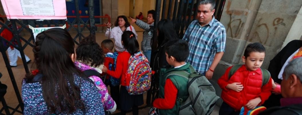 Niños ansiosos realizan su primera ceremonia cívica del ciclo escolar