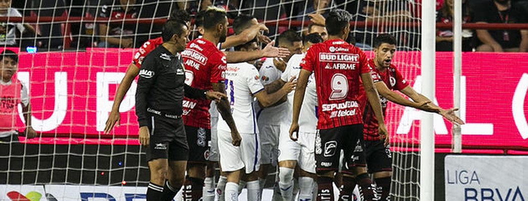 Xolos le quita ventaja al Cruz Azul, le gana en último minuto