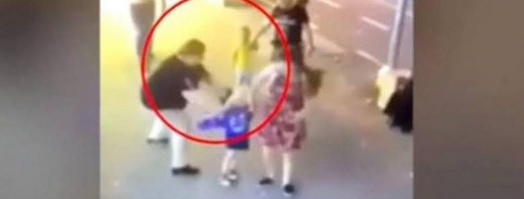 """""""Loca"""" agrede a cuchillazos a niños; el video enfurece a las redes"""