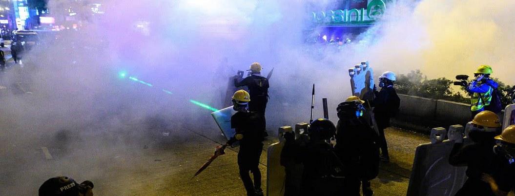 Policía de Hong Kong dispersa protesta multitudinaria con gas lacrimógeno