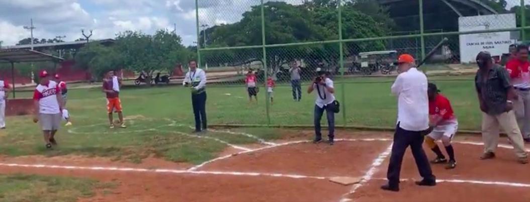 Andrés Manuel juega softball con habitantes de Muna, Yucatán