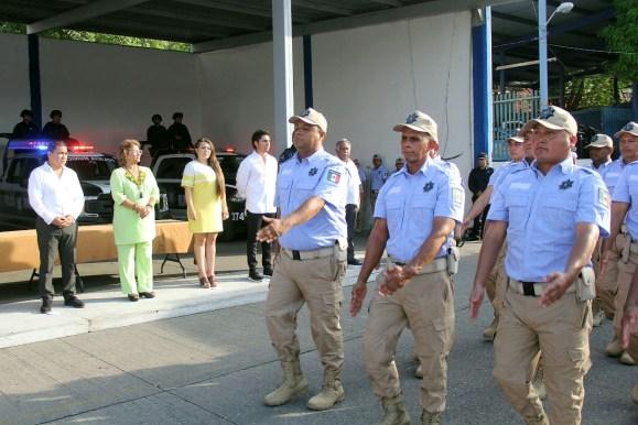 Adela entrega uniformes y seguros 3