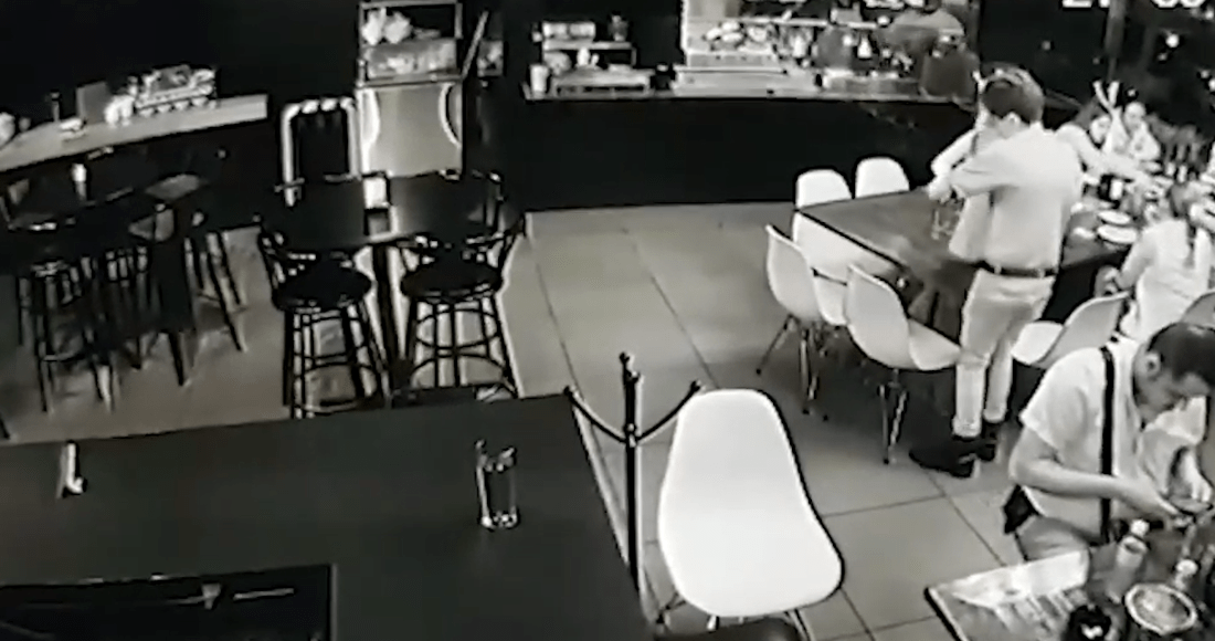 Video muestra el momento en que sicarios abren fuego en bar de Uruapan