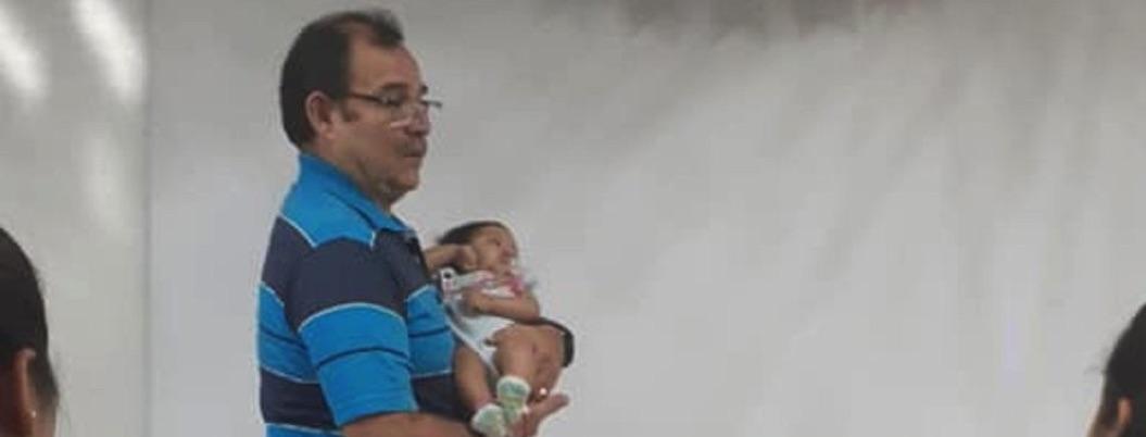 Maestro cuida a bebé mientras alumna hace examen; se hace viral