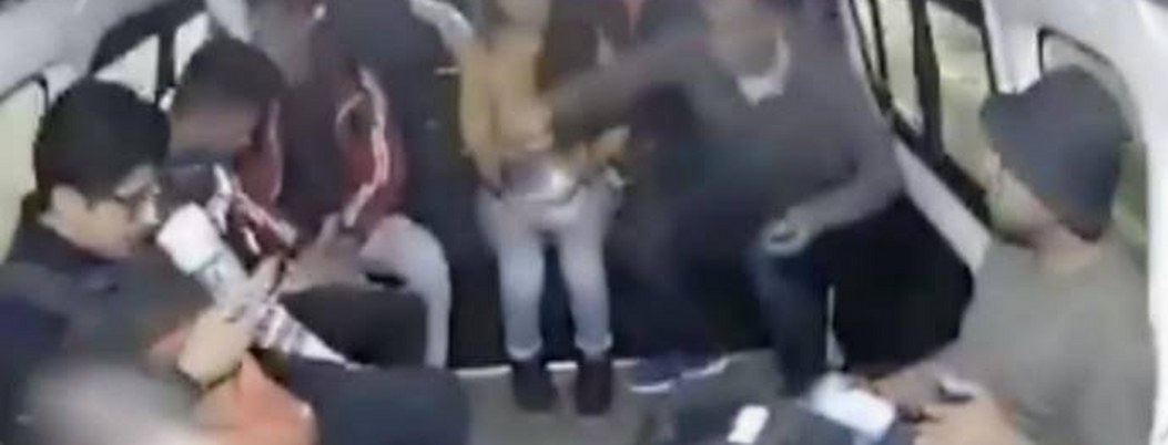Pasajeros de una combi en Cuautitlán Izcalli corretean a ladrones