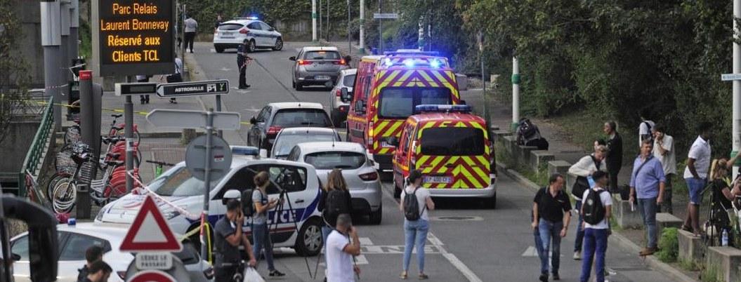 Hombre con cuchillo ataca a peatones en Francia; mata a un joven