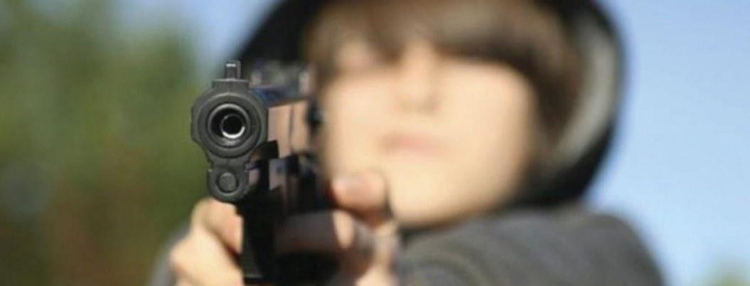 Niño lavacoches jugaba con un arma y mata a otro por accidente