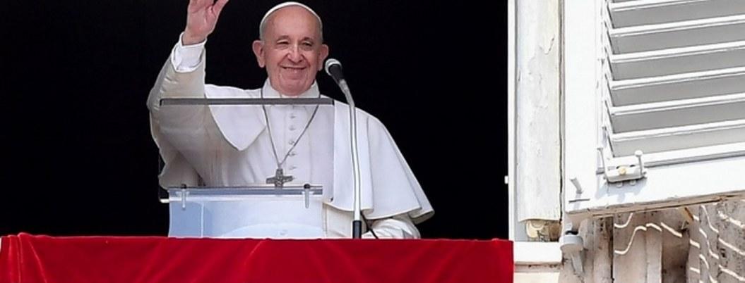 Papa queda atorado en elevador del Vaticano; bomberos lo rescatan