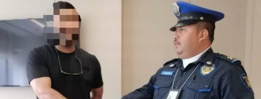 Policía honrrado regresa mochila con más de mil dólares a su dueño