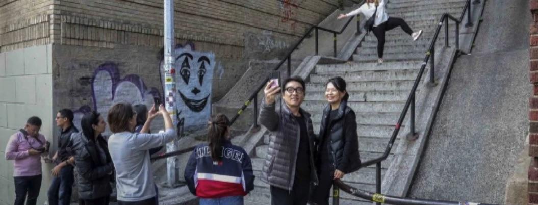Hordas de turistas invaden el Bronx para bailar en escaleras de Joker