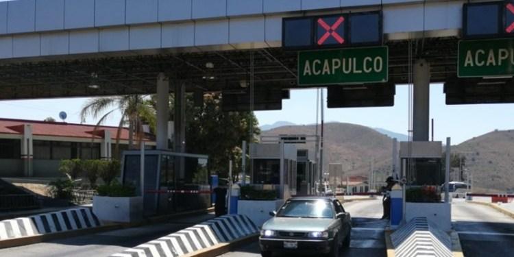 Normalistas toman la caseta de Palo Blanco en Chilpancingo 1