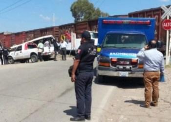 Tren embiste a camión de pasajeros en Querétaro; hay nueve muertos 3