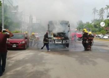 Prenden fuego a camión urbano en plena costera de Acapulco 3