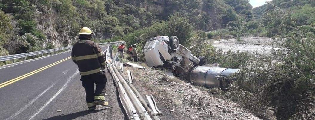 Pipa con diésel se vuelca en la carretera Chilpancingo-Iguala