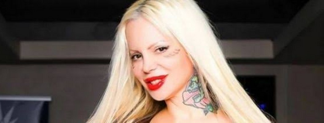 Sabrina Sabrok se tatua símbolos satánicos en el rostro