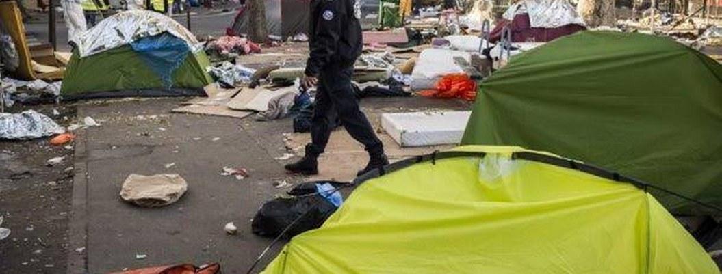 Francia desmantela campamentos de migrantes en París; desalojan a mil
