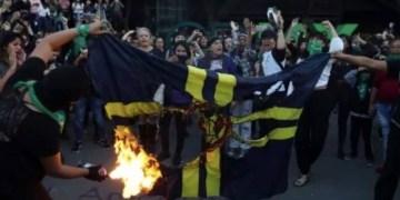 """""""¡América, que chingue a su padre!"""": feministas queman bandera 7"""