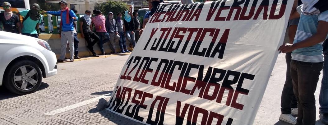 Protestan normalistas por aniversario de desalojo en autopista