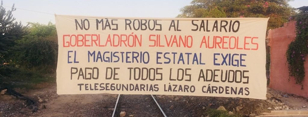 Maestros bloquean vías del tren en Lázaro Cárdenas, Michoacán