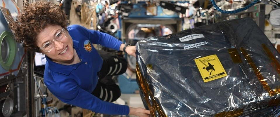 Christina Koch impone récord de mujer astronauta en el espacio