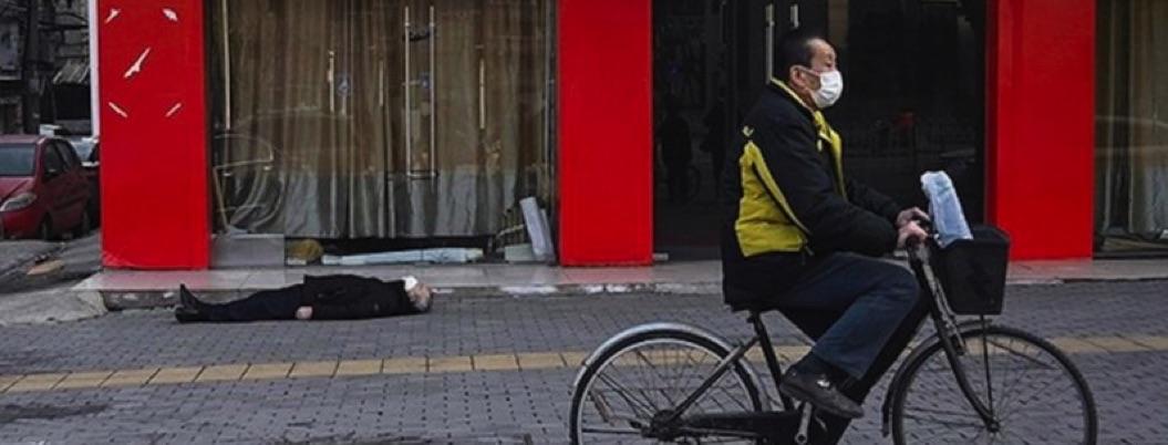 Foto de fallecido en plena calle muestra letalidad de coronavirus
