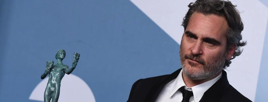 Joaquin Phoenix alimenta cerdos de matadero tras ganar en los SAG