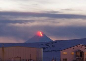 Entra en peligrosa actividad el volcán Shishaldin en Alaska 2