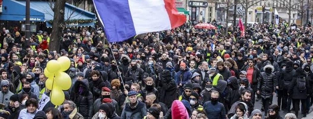 Franceses reclaman a Macron que retiere su reforma de pensiones