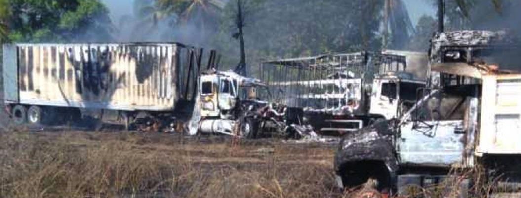 Incendio en corralón de Plan de los Amates deja 35 autos dañados
