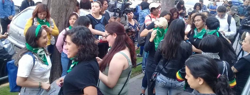 Mujeres protestan contra diario Reforma por publicar foto de Ingrid
