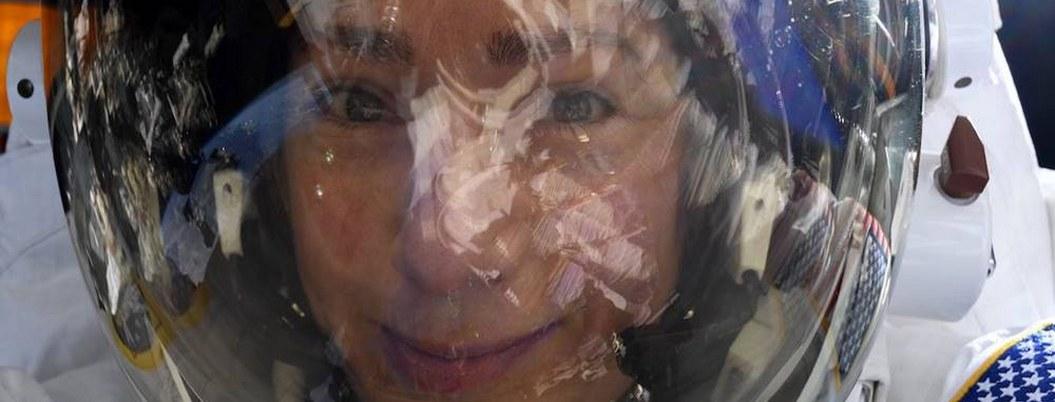 Astronauta se toma selfie con la Tierra reflejada en su casco