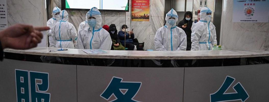 Médicos de Wuhan trabajan mal protegidos y con temor a contagio