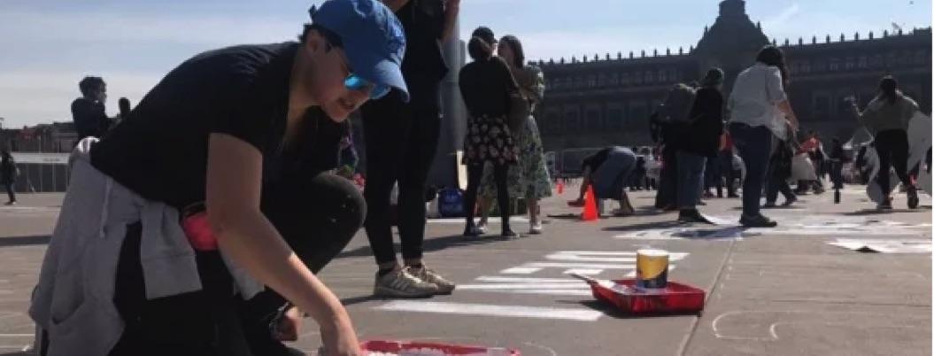 Feministas pintan nombres de mujeres asesinadas en CDMX