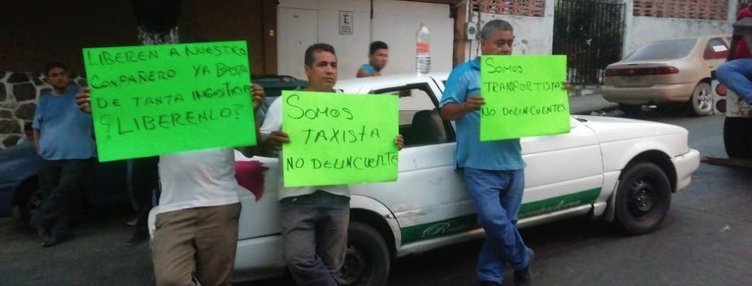 Acapulco: taxistas cierran la fiscalía por detención de chofer