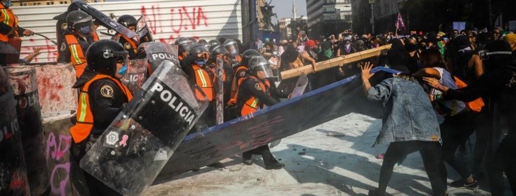 Marcha del Día de la Mujer dejó 18 policías heridas